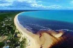 Corumbau, Bahia, Βραζιλία: Άποψη της όμορφης παραλίας με δύο χρώματα του νερού στοκ φωτογραφία