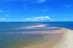 Corumbau, Bahia, Βραζιλία: Άποψη της όμορφης παραλίας με την τράπεζα μιας μεγάλης άμμου στοκ φωτογραφία