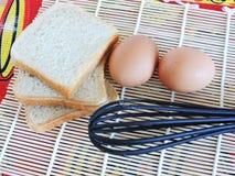 Corvées de matin, faisant cuire pour Pâques faisant des crêpes à partir des oeufs Photo stock