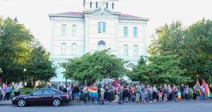 Corvallis-Nachtwache erinnert sich an Orlando-Schießenopfer lizenzfreie stockbilder