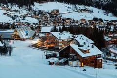 Corvara滑雪胜地在晚上,亚尔他Badia 库存图片