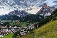 Corvara Dorf und Badia Valley stockbilder