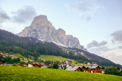Corvara-Dorf und Dolomitlandschaft lizenzfreie stockbilder