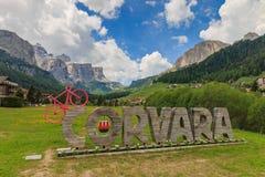 Corvara geschrieben in enorme Buchstaben mit einem rosa Fahrrad stockfotos