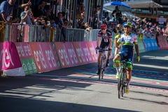 Corvara, Italië 21 Mei, 2016; Esteban Chaves, professionele fietser, gaat de afwerkingslijn en de winst over Royalty-vrije Stock Foto's