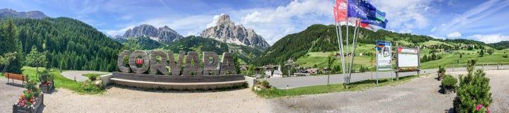 CORVARA, ITALIEN - 5. JULI 2016: Panoramablick von Stadt surroundin lizenzfreies stockfoto