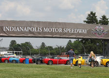 Corvetas coloridas na linha no parque de estacionamento de Indianapolis Motor Speedway Fotos de Stock Royalty Free