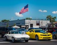 Corvette et Camaro, croisière de rêve de Woodward images libres de droits
