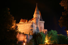 Corvin Schloss in der Nacht Stockbilder