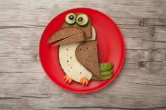 Corvo divertente fatto di pane e di formaggio Immagini Stock Libere da Diritti