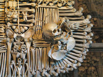 Corvo do osso e um crânio imagem de stock