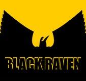 Corvo preto no fundo amarelo Pássaro grande Espalhe as asas Silhou Fotos de Stock Royalty Free