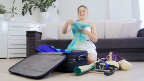 Cosa hermosa s del embalaje de la mujer joven para las vacaciones de verano en maleta metrajes