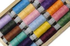 Cosa las cuerdas de rosca en el rectángulo de madera aislado en blanco Fotografía de archivo