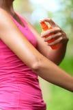 Cosa repellente della zanzara - donna che usando le cose repellenti di insetto Fotografie Stock