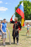 Cosacco russo con la bandiera russa Fotografie Stock Libere da Diritti