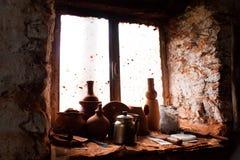 Cosas de cerámica en una ventana Fotografía de archivo libre de regalías