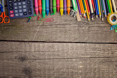 Cosas de la escuela en el escritorio Fotos de archivo libres de regalías