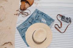 Cosas de la playa en la toalla de playa Foto de archivo libre de regalías