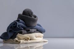 Cosas de lana coloridas en el fondo blanco foto de archivo