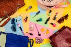 Cosas de los monederos abiertos de la señora Accesorios del ` s de los cosméticos y de las mujeres Fotografía de archivo