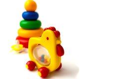 Cosas de los niños: pirámide un juguete y un pollo Foto de archivo