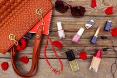 Cosas del bolso abierto de la señora Imagen de archivo libre de regalías
