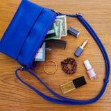 Cosas del bolso abierto de la señora Fotos de archivo libres de regalías
