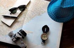 Cosas del viaje en cludig una lupa fotos de archivo libres de regalías
