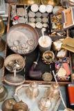 Cosas del vintage para la venta en un mercado de pulgas Imagen de archivo libre de regalías