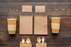Cosas disponibles Vajilla y cuaderno en la opinión superior del fondo de madera imágenes de archivo libres de regalías
