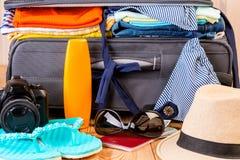 cosas elegantes del ` s de las mujeres del verano por vacaciones en el mar en suitcas Imágenes de archivo libres de regalías