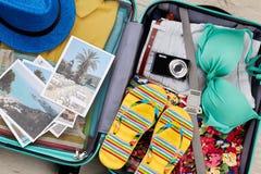 Cosas esenciales de la playa en maleta Fotografía de archivo