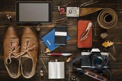 Cosas para el viaje en la tabla de madera Fotografía de archivo libre de regalías