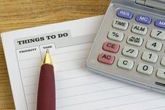 Cosas para hacer el cojín con la pluma y la calculadora Foto de archivo libre de regalías