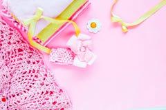 cosas, personal, accesorios para el bebé recién nacido en fondo rosado Foto de archivo