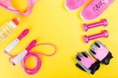 Cosas rosadas para los deportes, en un fondo amarillo, entrenamiento de la aptitud para la pérdida de peso Fotografía de archivo libre de regalías