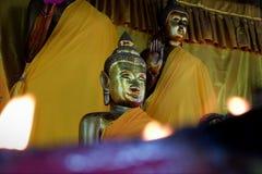 Cosas sagradas de la estatua de Buda que respecto de los budistas foto de archivo libre de regalías