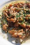 Cosce di rana fritte. immagini stock
