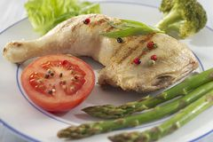 Coscia di pollo accompagnata dalle verdure fotografie stock libere da diritti