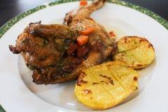 Coscia di pollo arrostita col barbecue con le patate bollite fotografie stock