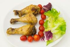 Coscia di pollo con i pomodori e l'insalata Fotografia Stock Libera da Diritti