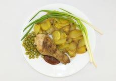 Coscia di pollo con le patate ed i verdi Fotografia Stock