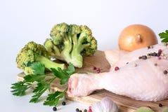 Coscia di pollo e broccoli crudi immagini stock
