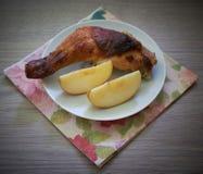 Coscia di pollo su una tavola di legno Fotografie Stock Libere da Diritti
