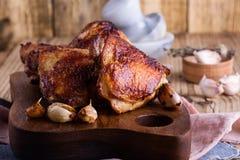 Coscie del pollo arrosto sul tagliere Fotografia Stock Libera da Diritti