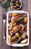 Coscie di pollo con le mele e le olive Fotografia Stock Libera da Diritti