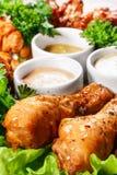 Coscie di pollo con le salse e le spezie Fotografia Stock Libera da Diritti