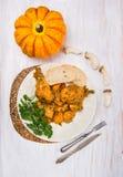Coscie di pollo con salsa della zucca e del fungo in piatto bianco Fotografie Stock