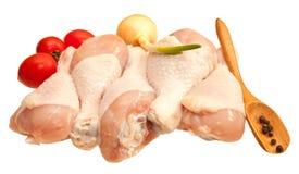 Coscie di pollo crude con le verdure, isolate su fondo bianco Immagini Stock Libere da Diritti